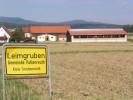 Vom Ortseingang aus kann man unseren Bauernhof schon sehen.